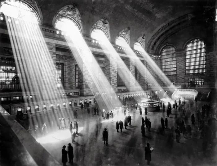 Brassaï photo noir et blanc de l'intérieur d'une gare - les photographes les plus célèbres de tous les temps