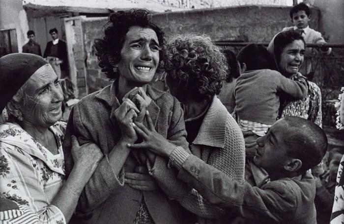 Portrait de photographie de guerre saisissant de personnes en deuil par Don McCullin, des photographes célèbres et leur travail.