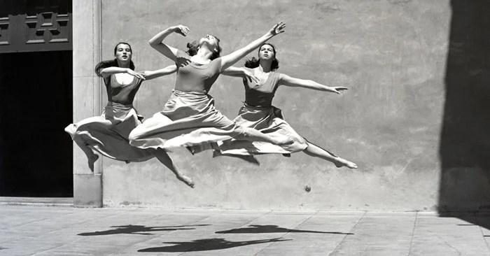 Imogen Cunningham photo de trois danseuses dans les airs