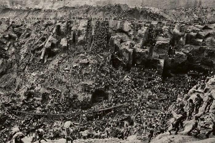 Sebastião Salgado impressionnante prise de vue en grand angle d'une vallée et de centaines de travailleurs - photographes célèbres
