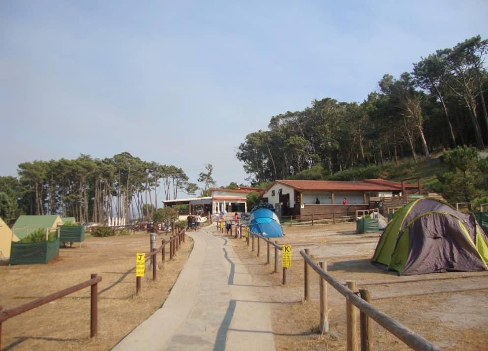 Perspetiva das infraestruturas existentes no parque de campismo das Ilhas Cíes