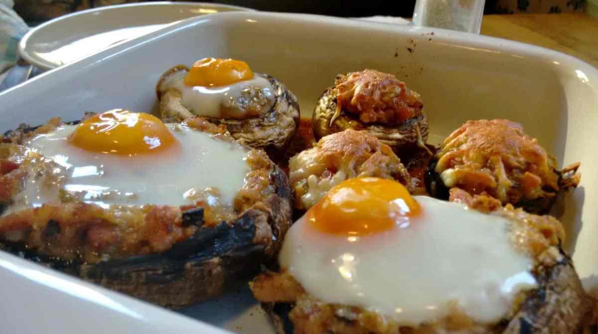 Receita de cogumelos portobello recheados com alheira e ovo