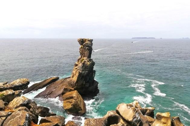 Nau dos Corvos, no Cabo Carvoeiro, em Peniche e, no horizonte, as Berlengas