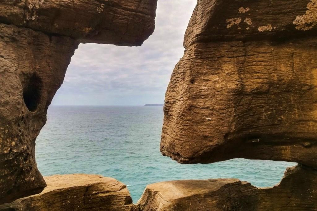 Varanda de Pilatos, com a ilha da Berlenga no horizonte, em Peniche