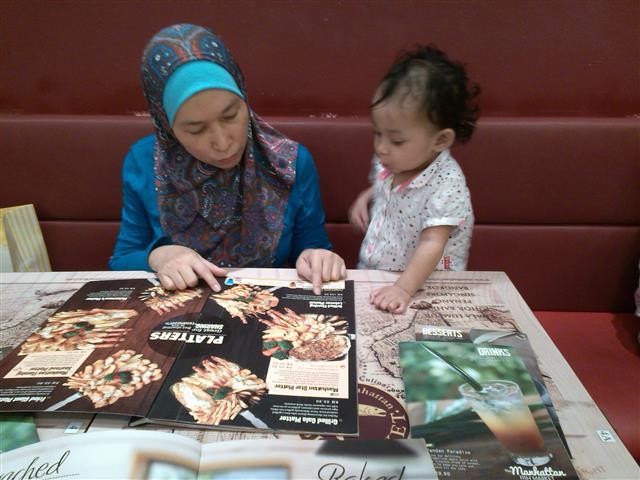gambar bayi pilih makanan