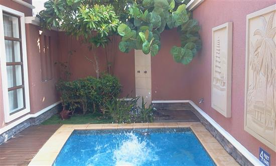 Kedamaian taman mini dan kolam renang di sebelah bilik