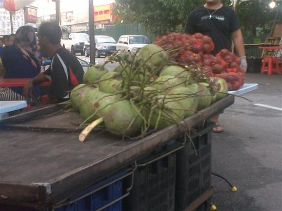 buah kelapa dan manggis pun ada dijual. buah-buahan ini boleh menyejukkan badan selepas makan durian
