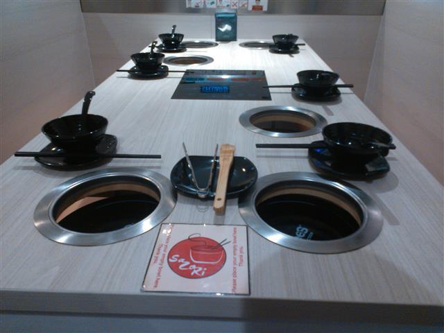 Meja yang dilengkapi dengan dapur