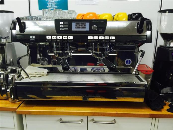 mesin pembancuh kopi yang berharga puluhan ribu ringgit