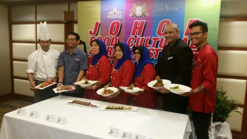 barisan chef yang menyediakan menu-menu masakan Johor tersebut