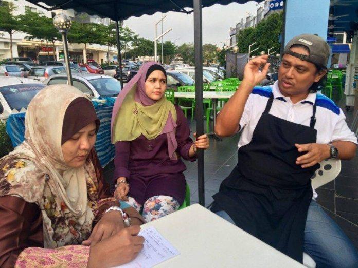 Chef berpengalaman, En Zainal (kanan sekali)