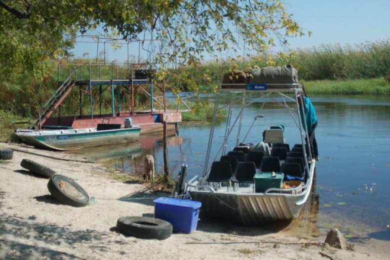 Botswana Okavango - ExplorationVacation - 2005-09-17 boats