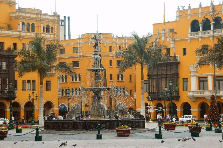 Lima Peru - ExplorationVacation 2005-12-27_13_21_041%20Plaza%20w%20fountain_0