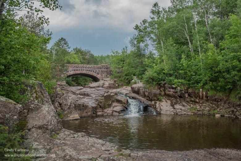 waterfalls and bridges along 7 Bridges Road