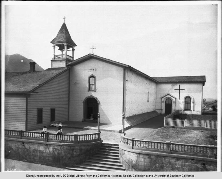 Group_of_children_in_front_of_Mission_San_Luis_Obispo_de_Tolosa_1890
