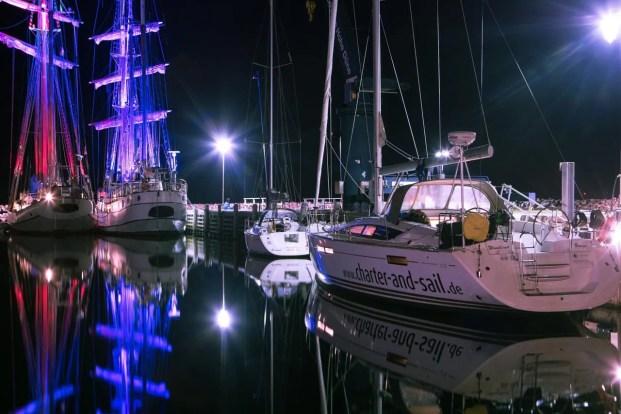 Segelyacht in Hafen bei Nacht