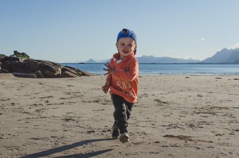 strandlek på Lofoten - Amanda Matti © explorealittlemore.se