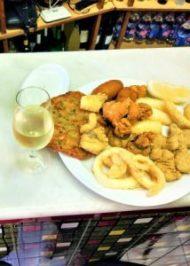 Tapa manzanilla con pescaito frito Explore la Tierra Conil de la Frontera Cadiz tapa tour