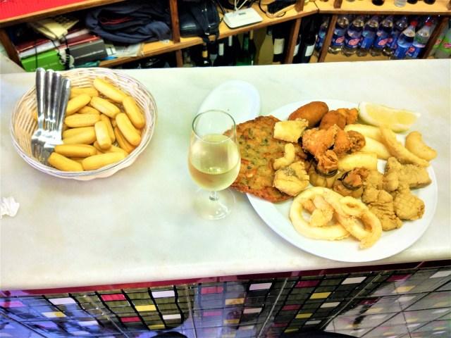 Maridaje vino de jerez con comida Tapa manzanilla con pescaito frito Explore la Tierra Conil de la Frontera Cadiz tapa tour
