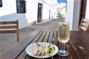 Boquerones con fino jerez sherry vejer de la frontera pueblo blanco white village Cadiz Explore la Tierra-min