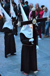 Nazarenos en blanco el miercoles santo Vejer de la frontera, Cádiz, Spain Explore la Tierra Semana santa easter week descalzo