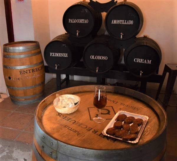 Palo cortado con chorizo picante amontillado, oloroso solera jerez sherry vejer de la frontera pueblo blanco white village Cadiz Explore la Tierra