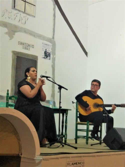 Público viendo cante jondo flamenco en Vejer de la Frontera, origen flamenco Cádiz y Sevilla