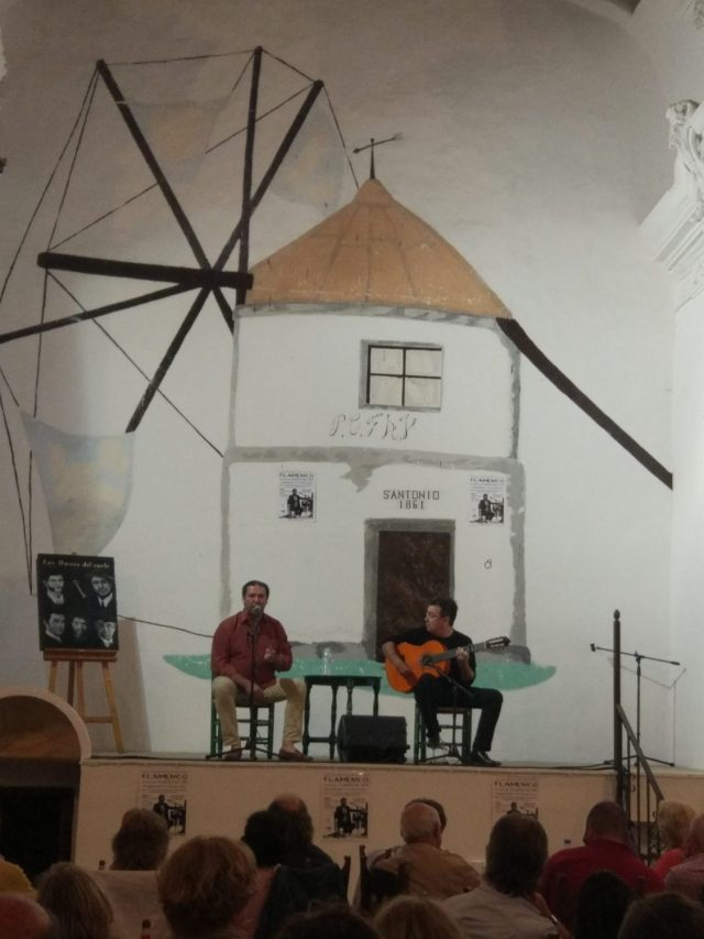 Público viendo cante de flamenco Vejer de la Frontera Cadiz singing flamenco