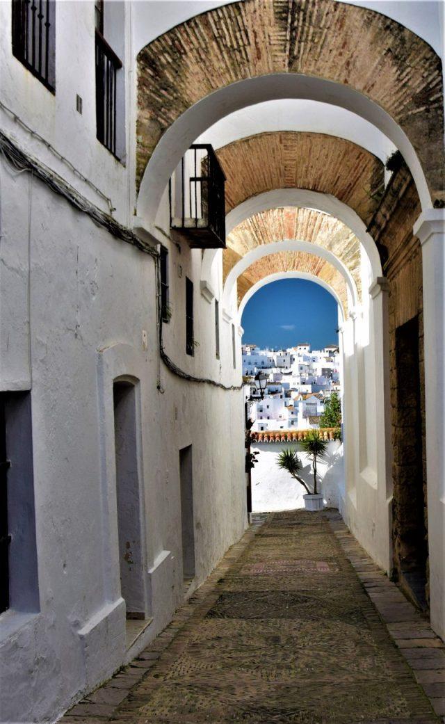 calle de las monjas calle con arcos en Vejer de la Frontera la judería Cádiz