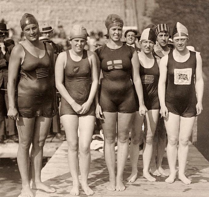 Bleibtrey (far left) with the other finalists of the 100 meter freestyle