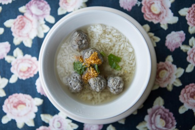 1: Breakfast of traditional rice soup with pork meatballs. / 2: View from the Samoeng Lhongkhao Resort.