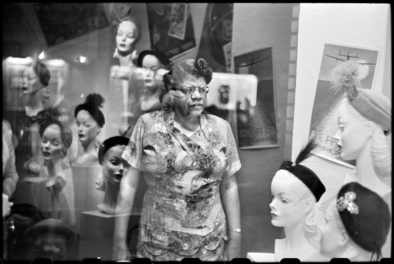 Downtown hat shop window (© Elliott Erwitt / Magnum Photos Courtesy: Carnegie Library of Pittsburgh)