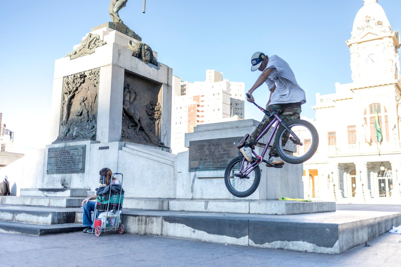 A freestyle cyclist practices stunts on Praça Rui Barbosa.