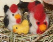 Un coq, une poule et un poussin en laine feutrée