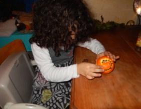 Fabriquer une décoration de Noël en plantant des clous de girofle dans une orange