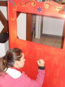 Peinture sur bois : le théâtre de marionnettes