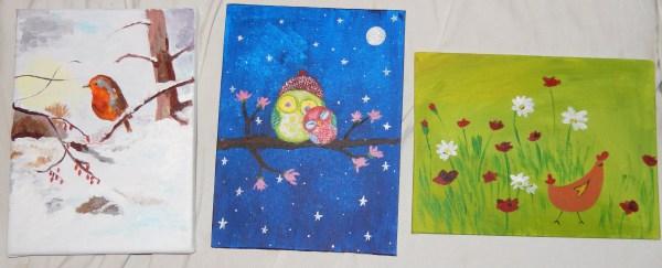 Chouettes ou hiboux dans ciel nocturne, poule et fleurs, rouge-gorge dans paysage enneigé d'hiver