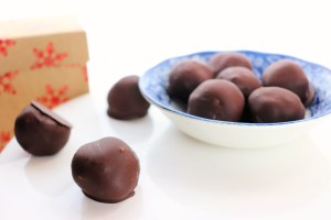 Low carb, keto chocolate truffles are the perfect Christmas treat! Gluten-free and made with almond flour, they're the best sugar-free package for the holidays. #ketotruffles #ketochocolate