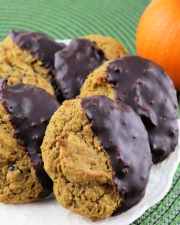 Keto pumpkin cookies are perfect for fall and Christmas holidays! Who doesn't love low carb pumpkin spice and sugar-free chocolate? A healthier take on a classic. #pumpkin #lowcarbcookies