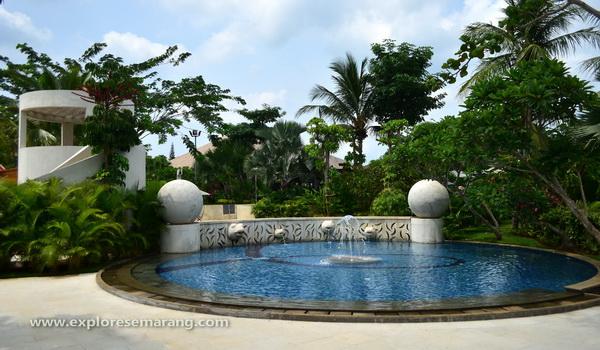 kolam renang anak yang rindang