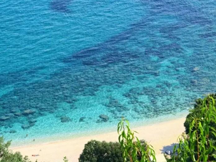 Παπά Νερό: Η χρυσαφένια παραλία του Αιγαίου που δεν είναι σε νησί