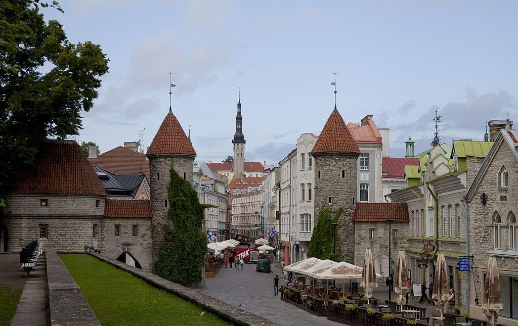 1024px-Puerta_de_Viru,_Tallinn,_Estonia,_2012-08-05,_DD_08 (1)