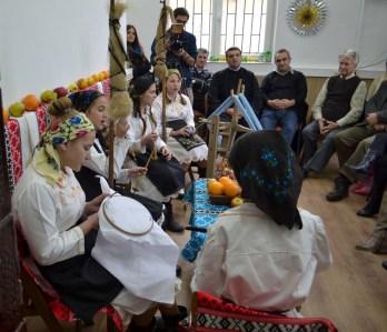 """""""Povestea satului meu cu obiceiurile lui"""" – Şezătoarea şi strigatul peste sat Activitatea a avut loc în incinta bibliotecii, în cadrul proiectului """"Învățăm. Nu abandonam"""", linia de finanţare Programul Strategic de Investiție în Mediul Rural """"Ajută un sat. Schimbă o țară"""", finanțat de Fundația Mereu Aproape şi Fundația Vodafone Biblioteca Publică din comuna Dobrin, judeţul Sălaj, bibliotecar Simona Daniela Puşcaş"""