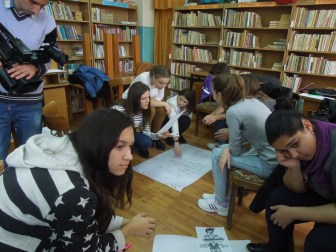 """Adolescenţii la Atelierul """"Vorbitul în public"""" organizat de Biblioteca Municipală Medgidia în 2016, bibliotecar şi responsabil Asan Neugis"""