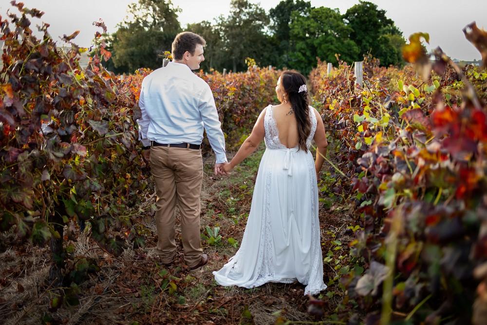 Intimate Wedding Fransmanshuijs bride and groom in autumn vines