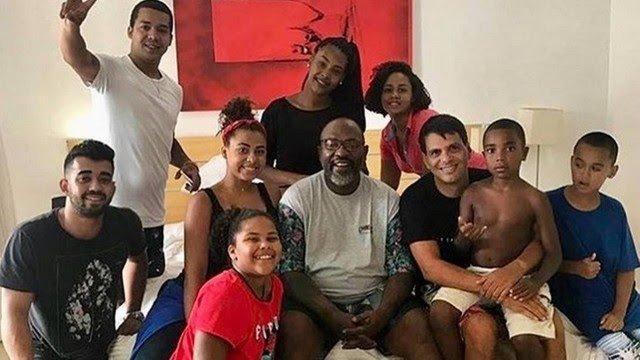 Mr. Catra posa com 9 dos 32 filhos