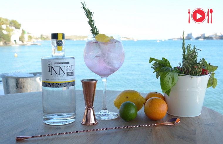 Gin Tonic Flor de Malva elaborado en Casa Venecia del puerto de Mahón para Exquisita Menorca