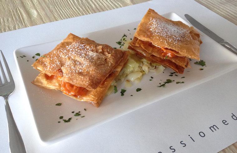 Milhojas de queso mahón con sobrasada y verduritas de temporada. Un plato de Passió Mediterrània elaborado para Exquisita Menorca.