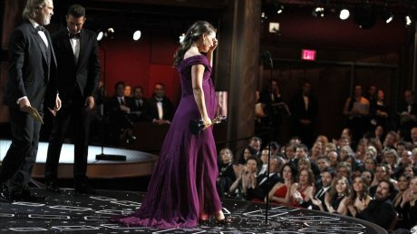 Natalie Portman accepting for Best Actress Oscars 2011 on exshoesme.com
