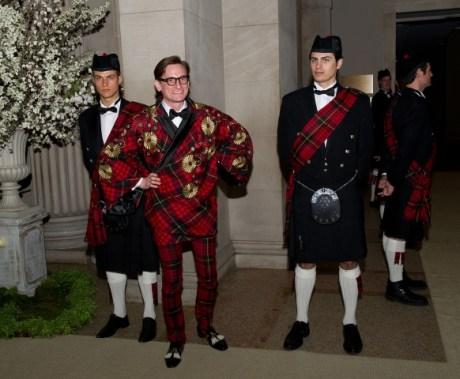 Hamish Bowles and Tartan Entourage at Met Gala 2011 on exshoesme.com